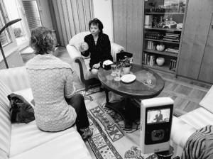 © Manca Juvan: Gospa Barbara Miklič Türk, žena nekdanjega predsednika Slovenije, kaže roza čepico, ki jo je njena mama spletla v taborišču Gonars v letih 1942-1943.