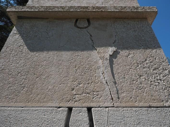 Poškodba na obelisku